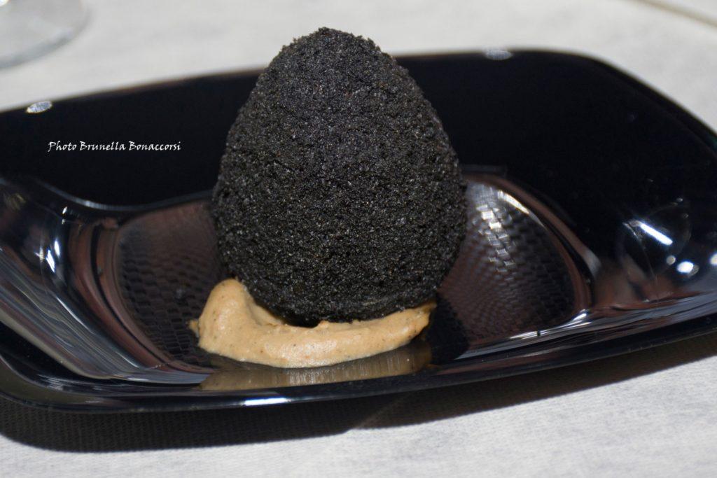 Arancino crosta al nero di seppia | Foto di Brunella Bonaccorsi